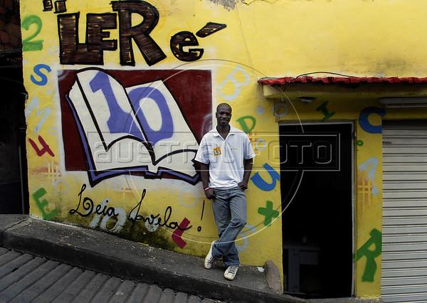 """Otavio Cesar Junior """"O livreiro do Alemao"""", fundador do projeto """"Ler  é Dez – Viva Favela!"""" no Complexo do Alemao, Rio de Janeiro, Brazil, junho 24, 2011. (Austral Foto/Renzo Gostoli)"""