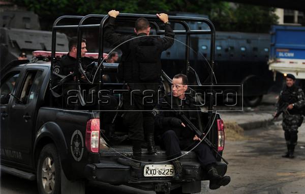 FAVELA DO CAJU -  Efetivos da Policia Militar participam da ocupaçao do complexo de favelas do Caju, Rio de Janeiro, Brasil, Março 3, 2013.   (Austral Foto/Renzo Gostoli)