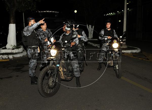 FAVELA DO CAJU -  Efetivos do Batalhao de Choque da PM recebem as ultimas instruçoes antes de ocupar o complexo de favelas do Caju, Rio de Janeiro, Brasil, Março 3, 2013.   (Austral Foto/Renzo Gostoli)