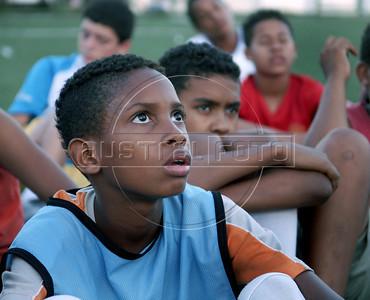 FUTEBOL NA FAVELA DOS PRAZERES -  Criancas do projeto Premier Skill-Esporte Seguro escutam as indicacoes dos instrutores na favela pacificada Dos Pazeres, Rio de Janeiro, Brasil, Dezembro 22, 2011.  (Austral Foto/Renzo Gostoli)
