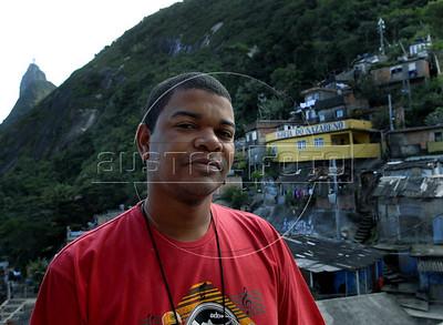 TRILHAS-  Santa Marta. Thiago Firmino, guia turistico de trilha, na vafela Santa Marta, Rio de Janeiro, Brasil, Junho 5, 2011.  (Austral Foto/Renzo Gostoli)