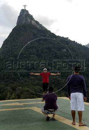 TRILHAS-  Santa Marta, Visitantes se fotografam no  Mirante  Dona Marta, Rio de Janeiro, Brasil, Junho 4, 2011.  (Austral Foto/Renzo Gostoli)