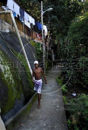 TRILHAS-  Morro da Babilonia. Trilha a traves da favela da Babilonia, Rio de Janeiro, Brasil, Marco 22, 2011.  (Austral Foto/Renzo Gostoli)