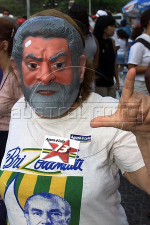 A supporter of Brazilian Presidential Cantidate Luis Inacio Lula da Silva weaks a mask of the candidate in Rio de Janeiro on the eve of the Presidential election.(Australfoto/Douglas Engle)