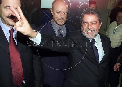 Brazilian Presidential Cantidate Luis Inacio Lula da Silva waves to well-wishers in Rio de Janeiro on the eve of the Presidential election.(Australfoto/Douglas Engle)