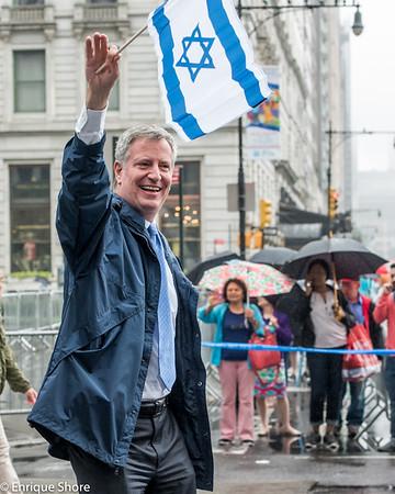 NYC Mayor Bill de Blasio waves Israeli flag