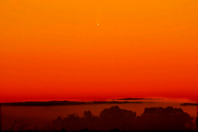 Joe Perry's image of Comet MCNaught late in the afternoon on Jan 14, 07 taken from Hawaii. Just prior to this the Comet was plainly visible in the daytime sky!  Click on the above image to enlarge.
