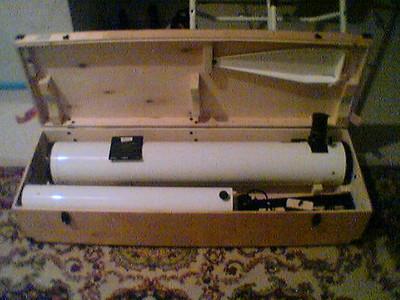 Holzkiste mit dem Tubus und Stahlsäule. Alles liebevoll verpackt