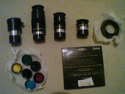 Okulare, Kameraadapter und Filter. (CD-Hülle dient zum Größenvergleich)