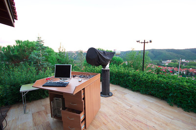Mobil kontrol masası ve mobil kulübesi kaldırılmış teleskop