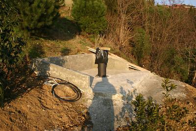 Beton dökümü bitmiş, Elektrik kabloları çekilmiş. Daha önce Meade LX200 için kullanmayı düşündüğüm sabit ayağın betona ankrajlanması.