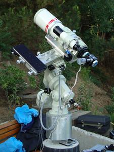 Takahashi NJP kundak üzerinde Takahashi FSQ106-ED f/5.5 teleskop. Teleskopun soluna kılavuz teleskopu takılacak.