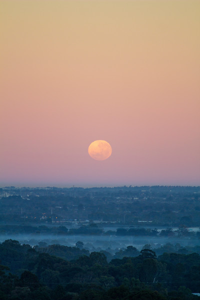 Moon setting over Perth in penumbral eclipse - 17/07/2019