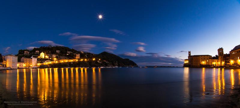 12/11/2013 – 17:34 La Baia di Levante al Crepuscolo in compagnia della Luna e di Venere sulla destra, sopra la torre Vallaro, Sestri Levante. Genoa, Italy