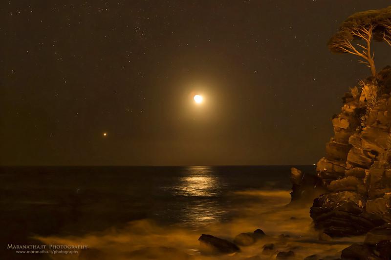 06/11/2013 – 20:13 L'appuntamento della Luna e di Venere sopra la Baia di Levante, Sestri Levante. Liguria, Genoa Italy