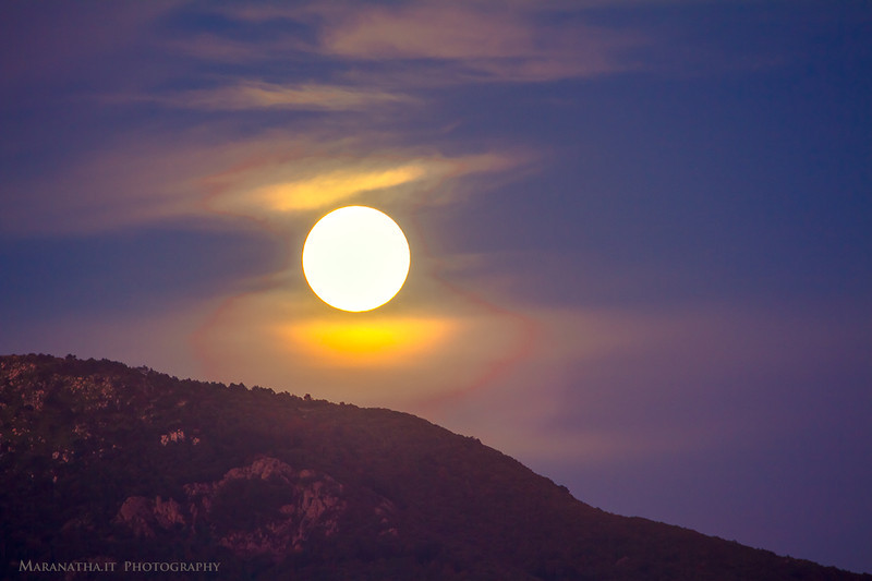 19/09/2013 – 19:46 Harvest moon rising above the Ligurian Apennine mountains and the resort of Tassano in Sestri Levante, Liguria, Genoa Italy