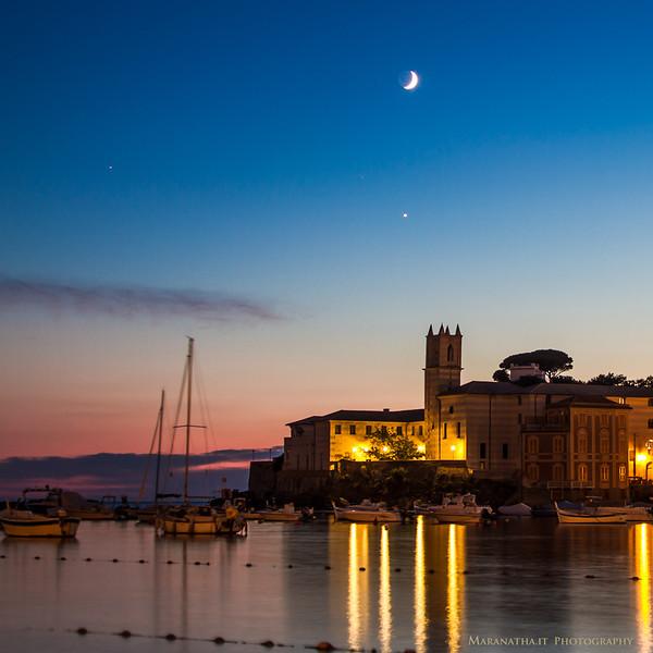 08/10/2013 – 19:24 Luna crescente 10.6% al di sopra di Venere e alla destra di Antares, vista dalla Baia di Levante, Sestri Levante, Genoa Italy