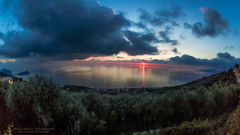 13/12/2013 – 16:37 Tramonto sul Golfo del Tigullio, visto da S. Giulia di Lavagna. A sinistra la Penisola di Sestri Levante e a destra il Promontorio di Portofino. Genoa, Italy