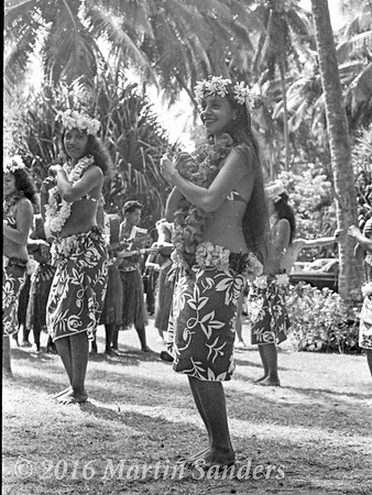 Otea, is a traditional dance from Tahiti, where the dancers, standing in several rows, execute different figures. This dance, easily recognized by its fast hip-shaking,