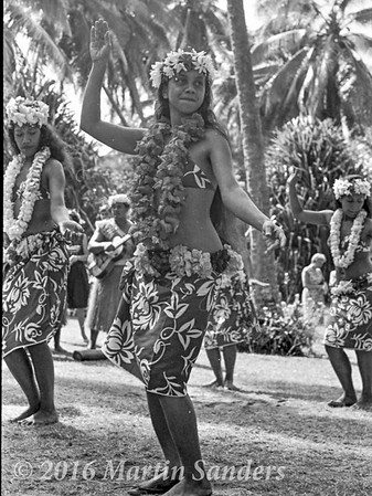 Otea, is a traditional dance from Tahiti, where the dancers, standing in several rows, execute different figures. This dance, easily recognized by its fast hip-shaking.