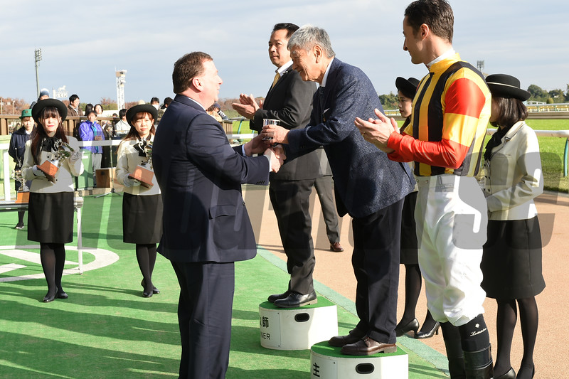 Make Happy wins the 2018 Cattleya Sho at Tokyo Racecourse<br /> Kevin Flanery, President, Churchill Downs Racetrack, presents the trophy.<br /> Katsumi Saito Photo