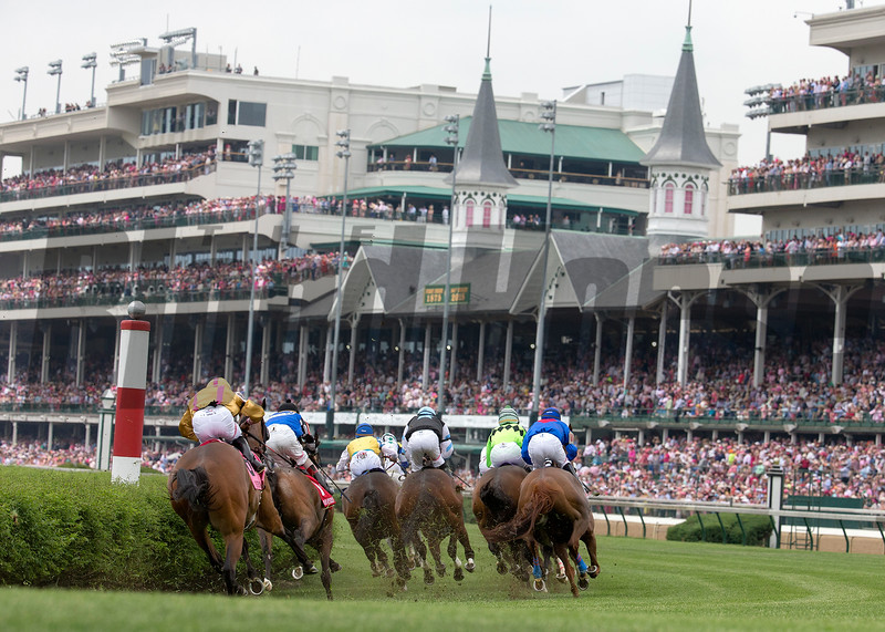 The field turning for home in the Twin Spires Turf Sprint at Churchill Downs on May 4, 2018.