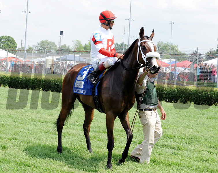 Stephanie's Kitten wins the 2012 Edgewood. <br /> Photo by Dave Harmon