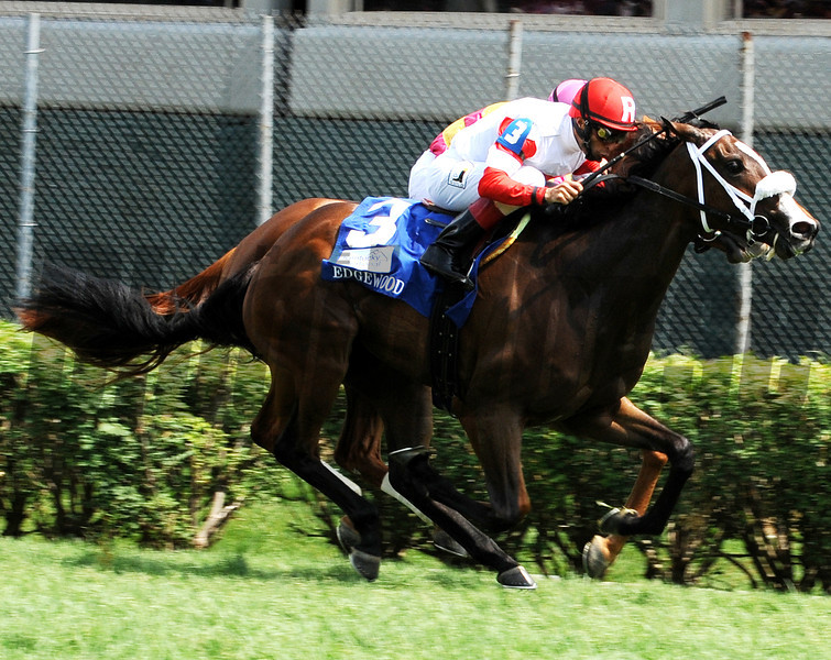 Stephanie's Kitten wins The Edgewood<br /> Photo by Dave Harmon