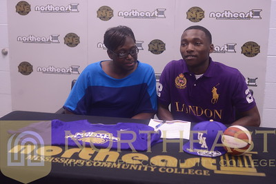 2015-04-15 MBB Dimario Jackson signs with UNA