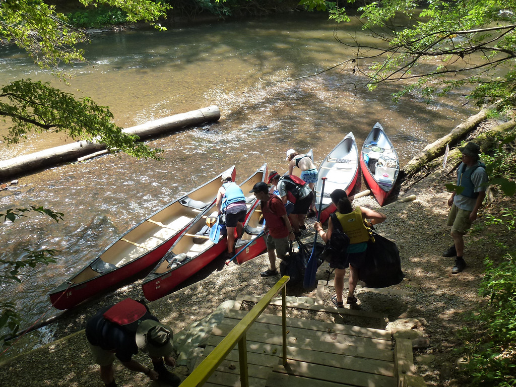 Loading up the canoes