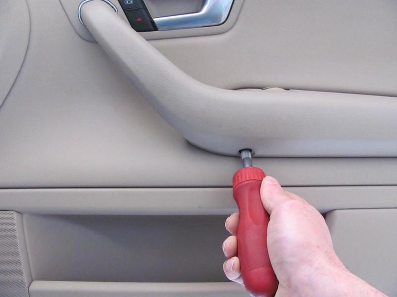 Removing door pull screw