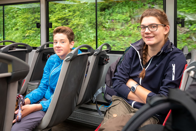 Jakob und Lena bei der Fahrt mit dem Bus zum Formarinsee, Lech, Vorarlberg, Österreich