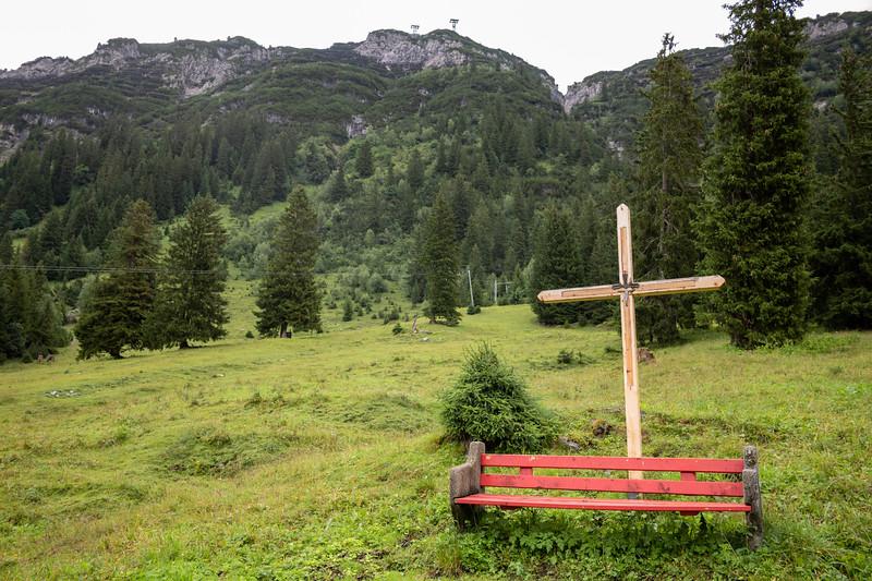 Wegeskreuz auf dem Weg von Lech nach Warth, Vorarlberg, Österreich