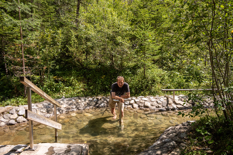 Michael an einer Kneipanlage zwischen Gehren und Holzgau, Vorarlberg, Österreich
