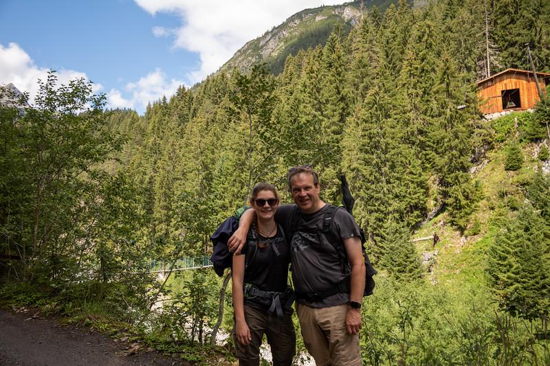 Lena und Michael auf dem  Weg zwischen Gehren und Holzgau, Vorarlberg, Österreich