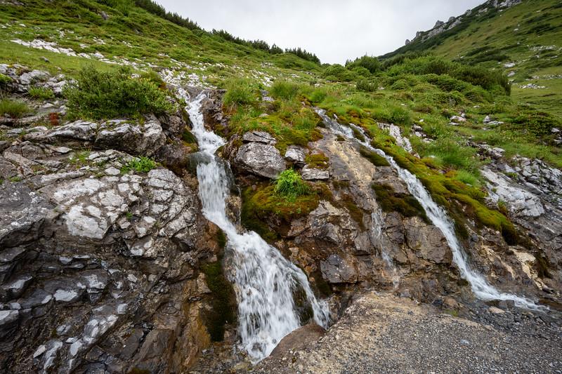 Kleiner Wasserfall, direkt am Weg zur Freiburger Hütte, Formarinsee, Vorarlberg, Österreich