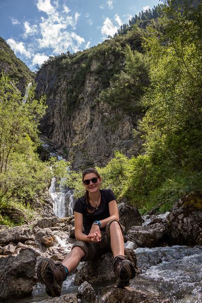 Lena an einem Wasserfall zwischen Gehren und Holzgau, Vorarlberg, Österreich