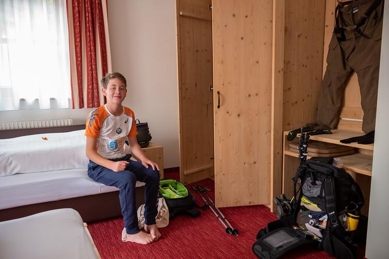Jakob beim Trockenlegen, Lech, Vorarlberg, Österreich