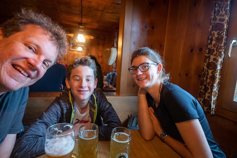 Vor dem Essen, Papa, Jakob und Lena in der Freiburger Hütte, Vorarlberg, Österreich