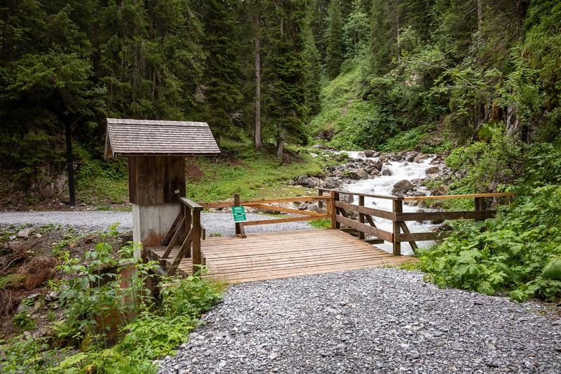 Bach am Weg zwischen Lech und Warth, Vorarlberg, Österreich