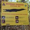 Nagyon nagy sósvizi krokodil jelenlétére figyelmeztető tábla