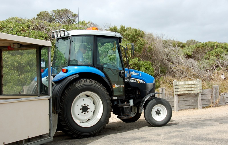 Tractor transport in the park<br /> <br /> Traktoros fuvar a parkban