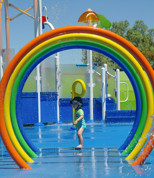 Playing at the splash park of Big4 caravan park in Swan Hill<br /> <br /> Mókázás a kemping viziparkjában