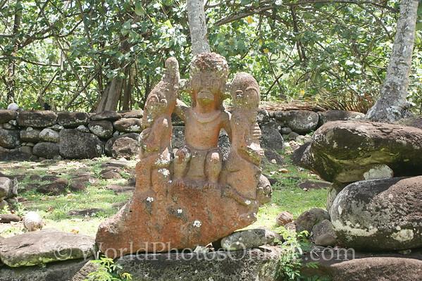 Marquesas - Nuku Hiva - Hikoku archaeological site - tiki (statue) 1