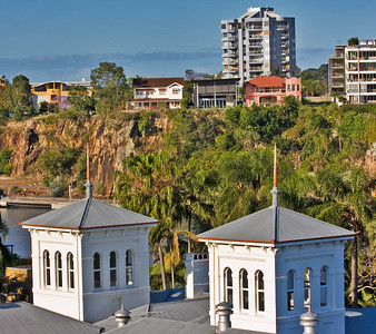 Wednesday 22 October 2008 - Looking over the Brisbane River - Heritage Mansion in forefront'