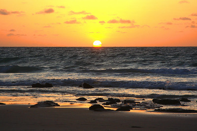 The brochures say - No visit to Cable Beach is complete without watching the sunset ..... glass of wine in hand ..... with someone special ... that would be nice