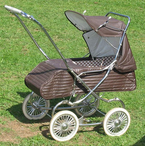 1981 Steelcraft Regal - Brown with brown/white check lining.  From 1980-1985 only two colour options remained for the Regals, either Brown or Navy. The long running, white edge-trims around the outside of the prams disappeared in the final revisions, and a solid exterior colour became standard. The 'checkered' lining in the body went from around 1980-82, and from 83-85 this changed again to a small floral print for the very last version of the regal..