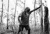Le célèbre joueur de yidaki (didgeridoo) Djalu Gurruwiwi en train de choisir un tronc pour en faire un instrument, sur les terres familiales de Mata Mata. Terre d'Arnhem/Territoire du Nord/Australie