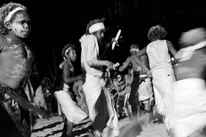 Hommes, femmes et enfants exécutant une danse à l'occasion d'un corroboree dans la communauté de Wugularr. Terre d'Arnhem/Territoire du Nord/Australie