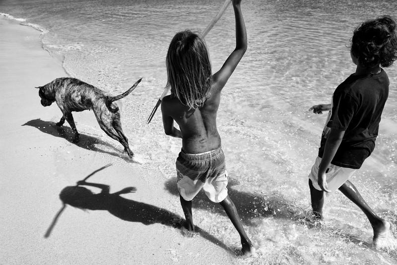Jeunes enfants s'exerçant à la pêche à la sagaie sur la plage de Wallaby Beach à Nhulunbuy. Terre d'Arnhem/Territoire du Nord/Australie